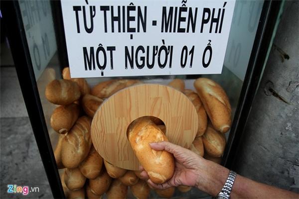 Tủ bánh mì của cô Xuân Lan được đặt ở quận Bình Thạnh (TP. HCM) thu hút được sự chú ý của cư dân mạng trong những ngày qua. Ảnh: Zing