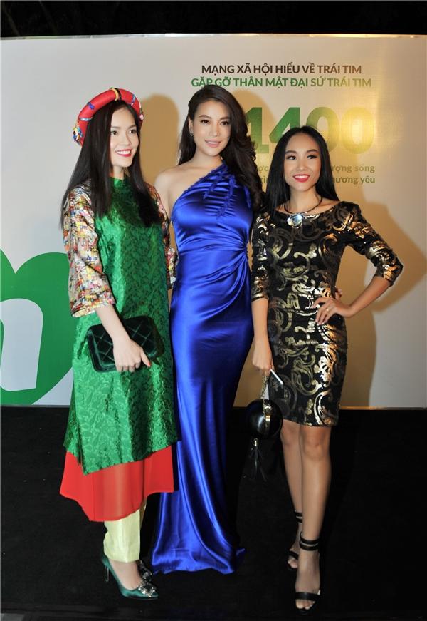 """Nữ diên viên """"Hương Ga"""" tranh thủ chụp ảnh với ca sĩ Đoan Trang và diễn viên Dương Cẩm Lynh. - Tin sao Viet - Tin tuc sao Viet - Scandal sao Viet - Tin tuc cua Sao - Tin cua Sao"""