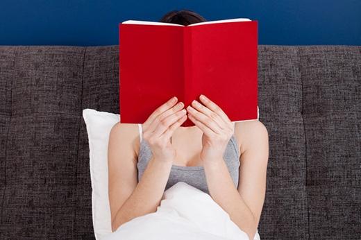 Đừng xem phim hay đọc truyện kinh dị trước khi ngủ. Việc bộ não bị kích thích quá mức bởi những tình tiết đáng sợ sẽ khiến bạn gặp ác mộng. Thay vào đó, bạn chỉ nên xem hay đọc những thứ nhẹ nhàng. (Ảnh: Internet)