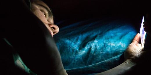 Không nên dùng điện thoại trước khi đi ngủ vì hoạt động quá tích cực trên mạng xã hội sẽ khiến bạn khó chợp mắt. Hơn nữa, ánh sáng từ các thiết bị điện tử cũng sẽ ảnh hưởng không tốt đến giấc ngủ của bạn. (Ảnh: Internet)