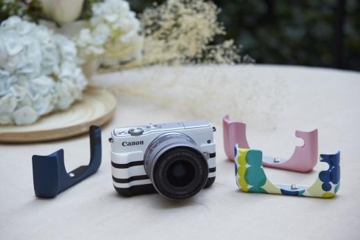 Vỏ bao màu xanh navy cổ điển, hồng nữ tính, hoặc họa tiết bong bóng nước Aqua và sọc ngang Border của Canon EOS M10.
