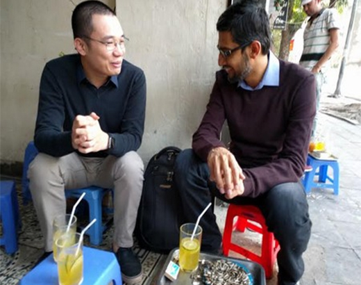 Cuối tháng 12 vừa qua, anh đã có cuộc gặp mặt trò chuyện với Ceo Google Sundar Pichaiở một quán trà chanh vỉa hè trên đường phố Hà Nội. (Ảnh: Internet)