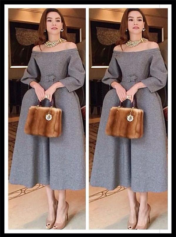 Cùng tham dự đêm tiệc này, Hồ Ngọc Hà lại chọn tạo hình cổ điển thanh lịch, sang trọng với chiếc đầm phồng trễ vai tông xám nhẹ nhàng. Nữ ca sĩ kết hợp trang phục cùng vòng cổ ngọc trai, túi xách bằng chất liệu lông của Dior có giá khá đắt.