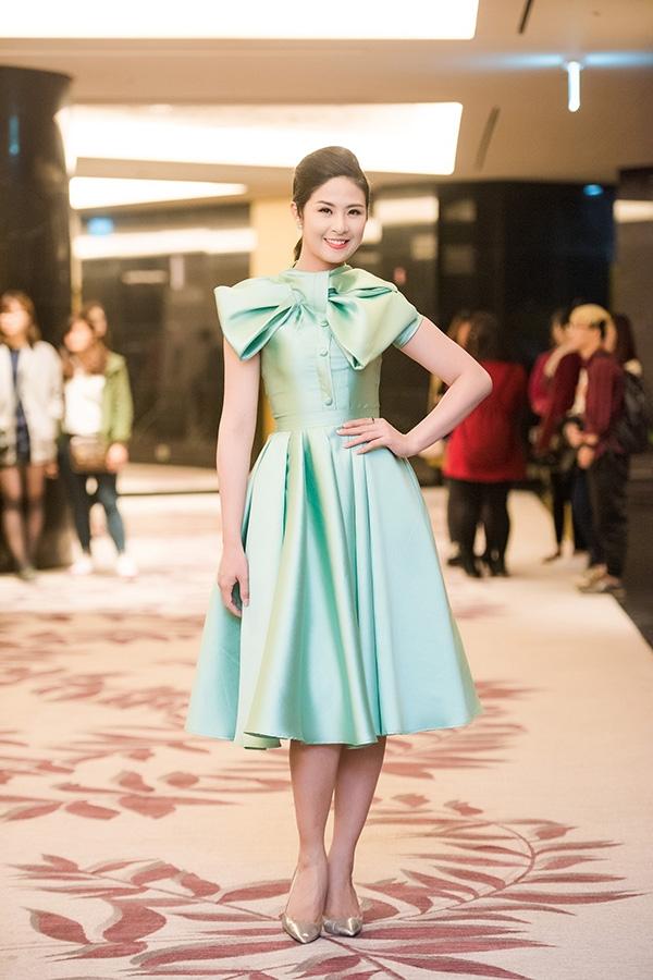 Cùng ưa chuộng phom váy cổ điển kín cổng cao tường, Hoa hậu Ngọc Hân lại trẻ trung, hiện đại nhờ sắc xanh ngọc tươi mới. Thiết kế gây ấn tượng bởi họa tiết nơ to bản được tạo phom kì công ngay ngực váy.