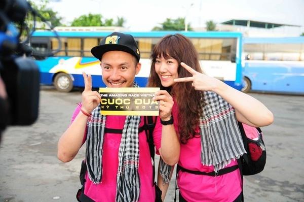 Trong chương trình Cuộc đua kì thú mùa giải đầu tiên, Hari Won và Tiến Đạt luôn xuất hiện trên truyền hình với những chiếc áo phông màu hồng ngọt ngào, trẻ trung.