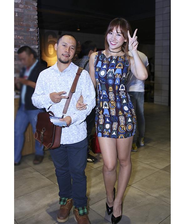 Nếu như Tiến Đạt vẫn thường diện sơ mi kết hợp cùng quần jeans cổ điển thì Hari Won lại sẵn sàng trải nghiệm nhiều phong cách thời trang khác nhau: khi điệu đà với váy xòe xếp li, khi năng động trẻ trung với áo phông kết hợp quần jeans và chân váy.