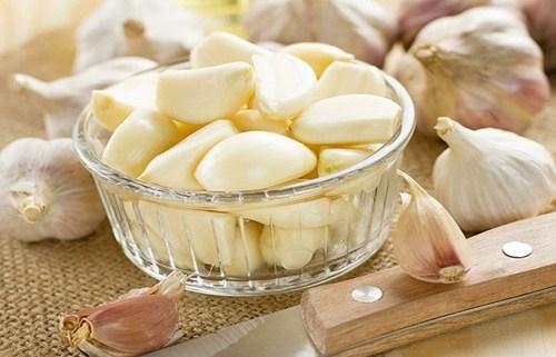 Các Allicin trong tỏi sẽ phát huy tác dụng, diệt bỏ những loại vi khuẩn, vi rút gây nên các vết lở, vết nhiệt miệng.(Ảnh: Internet)