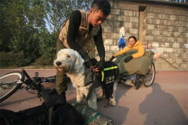 Hành trangcủa cảhai kháthô sơ với những vật dụng cần thiết như mùng và chăn giữ ấm, chiếc xe đạp được nối với xe lăn của cô gái. (Ảnh: Internet)