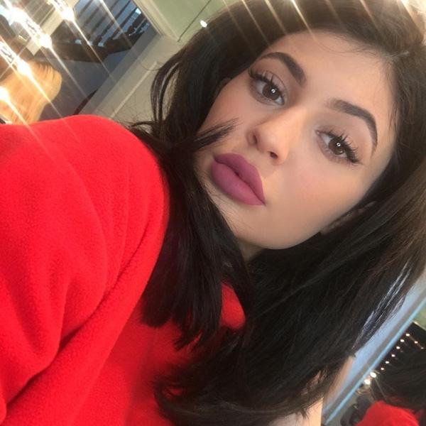 """Kylie Jenner cũng đã """"test"""" thử màu son này và giới thiệu trên Instagram. Tuy nhiên ngày ra mắt chính thức thì vẫn chưa được Kylie công bố. Đặc biệt trong những ngày đầu xuân này, tông màu hồng tím hứa hẹn sẽ được ưa chuộng và tạo nên cơn sốt mới."""