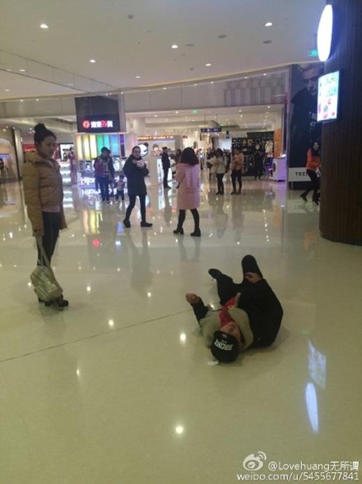 Hành động bất ngờ của anh làm ngườibạn gái ban đầu khá kinh ngạcvà cảm thấy xấu hổ. Cômuốnanh dừng lạinhưng chàng trai không đồng ý.Đến khi cô gái bật cườithay cho cái gật đầu đồng ýtha thứ, anh mới chịu dừnglại.(Nguồn Weibo)