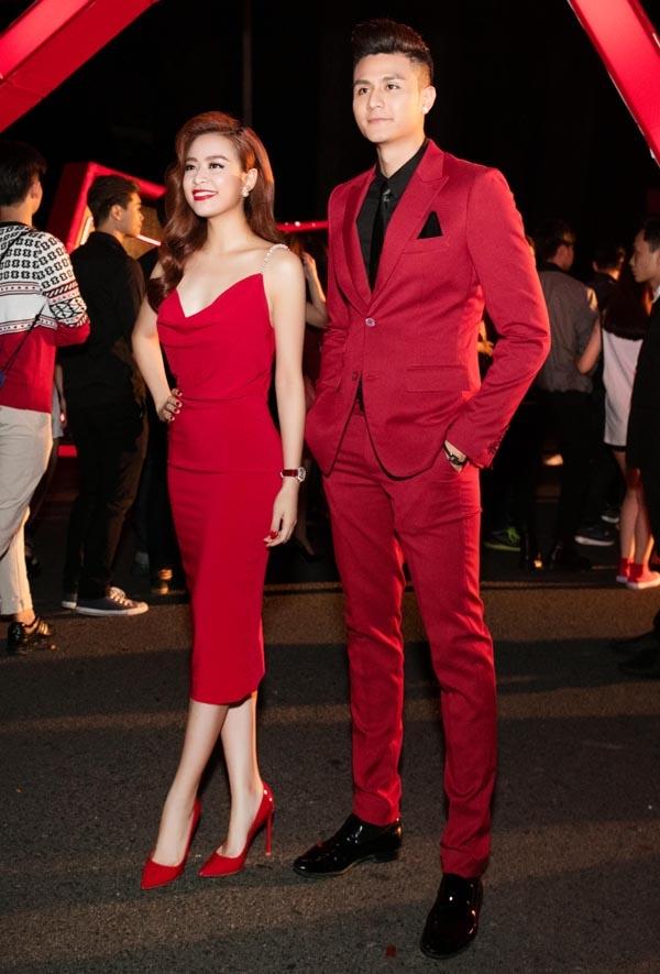 Trên thảm đỏ, Hoàng Thùy Linh cũng thể hiện được cá tính thời trang khá riêng biệt. Thay vào những mẫu váy dài thướt tha, nữ ca sĩ luôn chọn diện những phom váy bodycon, cocktail gọn nhẹ nhưng vẫn làm nổi bật lợi thế về số đo hình thể cân đối. Dĩ nhiên, sắc đỏ vẫn là lựa chọn hàng đầu.