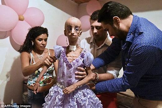 CôSofia cùng nhà thiết kế thời trang Miguel Becerra mặc đầm dạ tiệc cho con gái. (Ảnh: Internet)