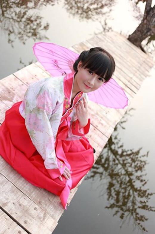 Làn da trắng cùng lối trang điểm nhẹ nhàng khiến cô bé xinh không kém các cô gái Hàn. (Ảnh: Internet)