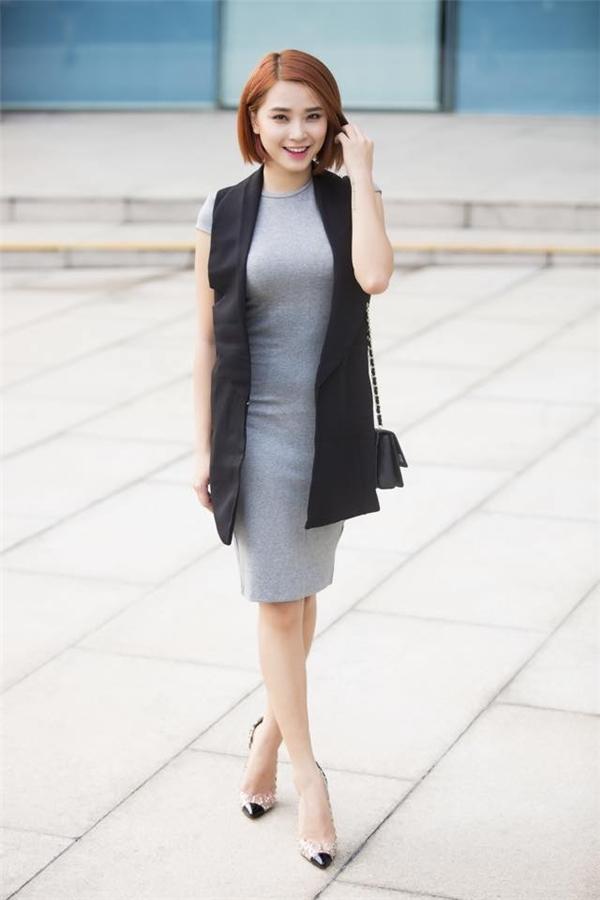 Nữ ca sĩ ưa chuộng diện váy bó khoe đường cong gợi cảm kết hợp cùng áo blazer khoác ngoài thanh lịch. Hải Băng thường chọn những gam màu trầm ngọt ngào, nhẹ nhàng.