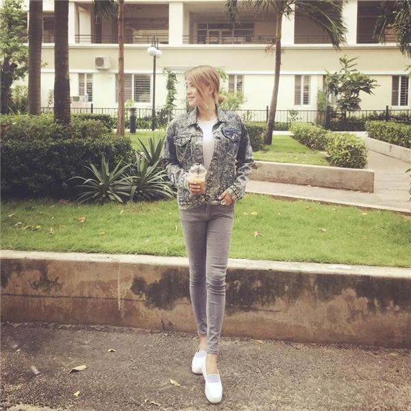 Đôi lúc, Hải Băng lại cá tính, bụi bặm với trang phục jeans mang đậm hơi thở của phong cách menswear.