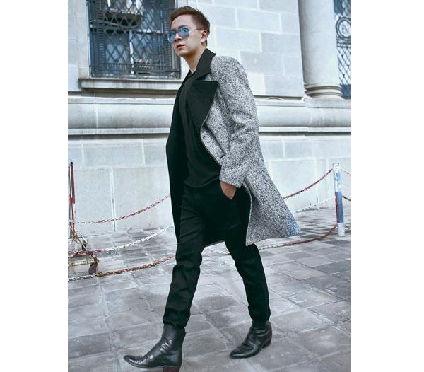 """Trong tiết trời những ngày mùa đông vừa qua, Ngô Kiến Huy dường như """"điệu đà"""" hơn với loạt trang phục hợp mốt, cầu kì: áo măng tô, áo khoác nỉ, quần skinny da lộn,… Ngoài những tông màu trầm đặc trưng, các thiết kế trở nên độc đáo hơn nhờ các gam màu nổi rực rỡ."""