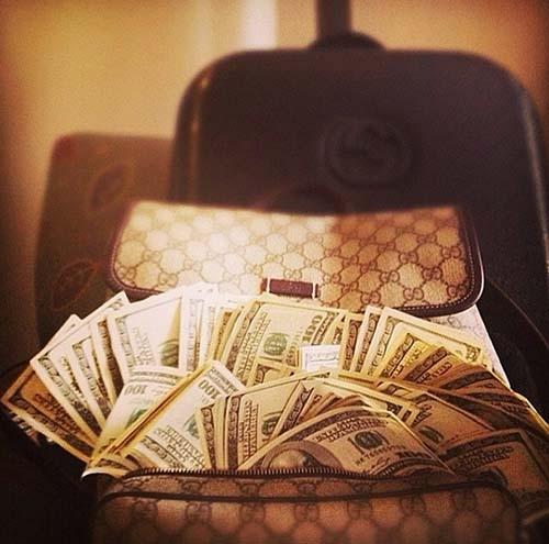 Chiếc túi đựng tiền hiệu Gucci và số tiền trong đó cũng không hề nhỏ