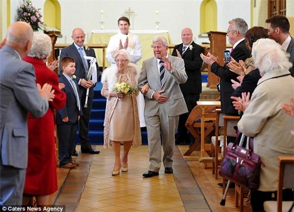 """Hai ông bà cụ """"gần trăm tuổi"""" tổ chức đám cưới khiến nhiều người bất ngờ. Ảnh: Internet"""