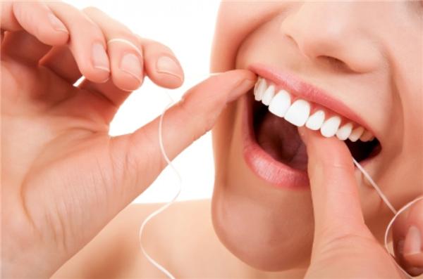 Đánh răng 2 phút và dùng chỉ nha khoa để loại bỏ mảng bám. (Ảnh: Internet)