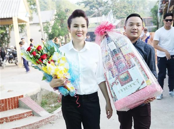 Phương Lê cùng quản lí truyền thông MC Anh Khoa trở về ngôi trường cấp hai mà cô từng theo học.