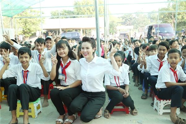 Ngoài ra, Phương Lê còn gửi lời động viên các em học sinhchưa có được kết quả cao trong học tập sẽ cố gắng hơn trong học kìtới.
