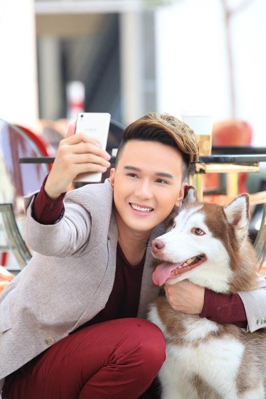"""Anh còn có những khoảnh khắc vô cùng thú vị và vui vẻ khi xả """"stress"""", chụp hình """"selfie"""" cùng chú cún đáng yêu của mình bằng LAI Zumbo. - Tin sao Viet - Tin tuc sao Viet - Scandal sao Viet - Tin tuc cua Sao - Tin cua Sao"""