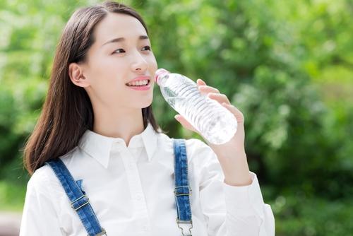 2 lít nước mỗi ngày là lời khuyên của các bác sĩ dành cho mọi người. (Ảnh: Internet)