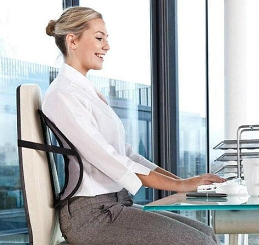Ngồi đúng tư thế để tôn vóc dáng và giúp cơ bụng săn lại. (Ảnh: Internet)