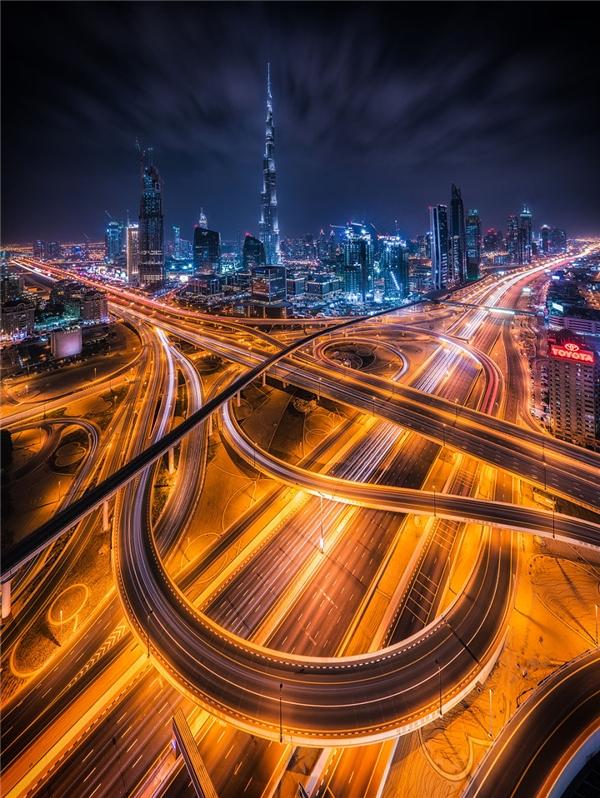 Dubai sáng bừng lên trong ánh sáng của sự hiện đại và giàu có.(Ảnh: Bored Panda)