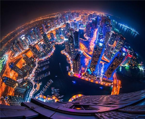 Những tòa nhà cao chọc trời, đại lộ ngoằn ngoèo lấp lánh ánh đèn như đan thắt vào nhau.(Ảnh: Bored Panda)