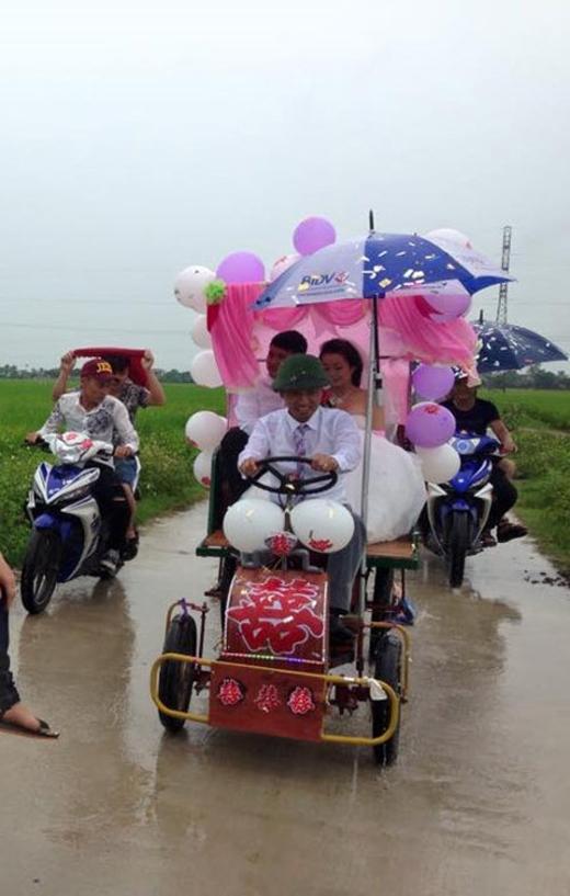 """Có những """"cơn mưa ngang qua"""" bất chợt nhưng cũng không làm cho người ta nản lòng, chú rể và đoàn rước dâu đã nhanh trílàm một mái che tự chế để đảm bảo thông suốt hành trình. (Ảnh: Internet)"""