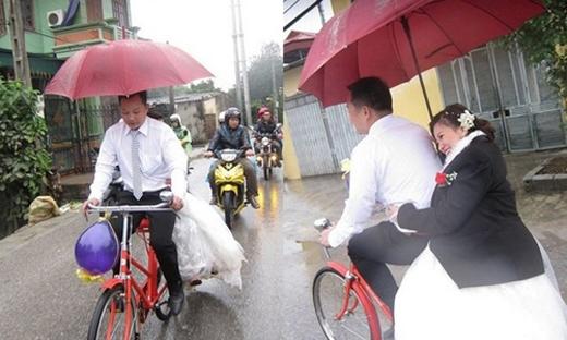 Cô dâu vẫn nở nụ cười thậttươi trên chiếcxe đạp rước dâugiữa trời mưa to. Hình ảnh về một đám cưới đáng yêu tại Hà Nội đã thu hút sự chú ý của cộng đồng mạng. (Ảnh: Internet)