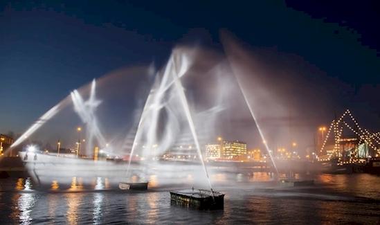 Một con tàu ma được tạo ra từ những tia nước và ánh sáng tại Lễ hội ánh sáng Amsterdam. (Ảnh: Diply)