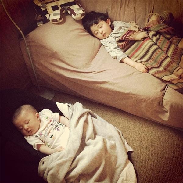 Dáng ngủ của hai anh em vô cùng giống nhau. (Ảnh: Internet)