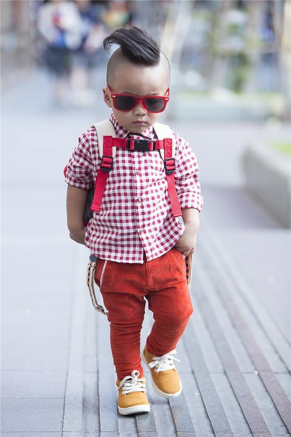 Sắc đỏ cam rực rỡ trên bộ trang phục của bé Nhím như thu gọn cả khoảng trời mùa xuân tươi tắn.