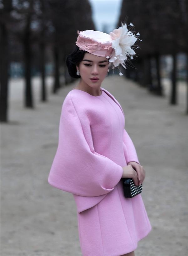 Giữa khung trời Paris thơ mộng, Lý Nhã Kỳ mang đến những dư vị ngọt ngào trong thiết kế có tông màu hồng tím hợp xu hướng. Dù diện trang phục khá kín đáo nhưng chiều dài lưng chừng của bộ váy vẫn tạo nên nét quyến rũ nhất định cho nữ diễn viên xinh đẹp.