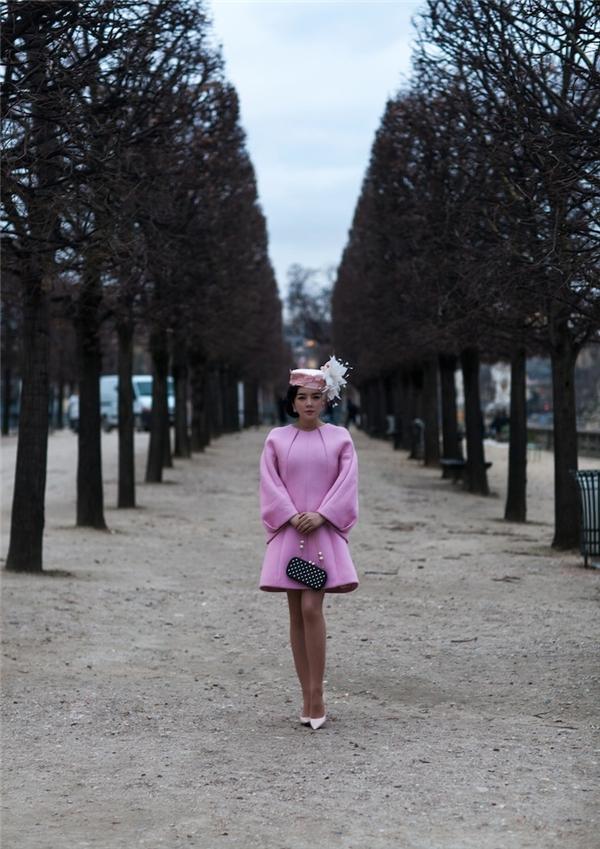 Nét quyến rũ ngọt ngào mê hồn của Lý Nhã Kỳ giữa khung trời Paris cổ kính, thơ mộng, hiền hòa khiến người xem ngất ngây.