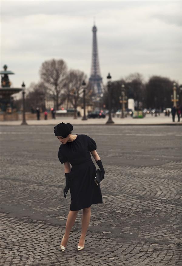 Diện bộ váy đen có phom đơn giản, Lý Nhã Kỳ vẫn thực sự nổi bật và thu hút nhờ loạt phụ kiện đi kèm được phối đồng điệu về tông màu.