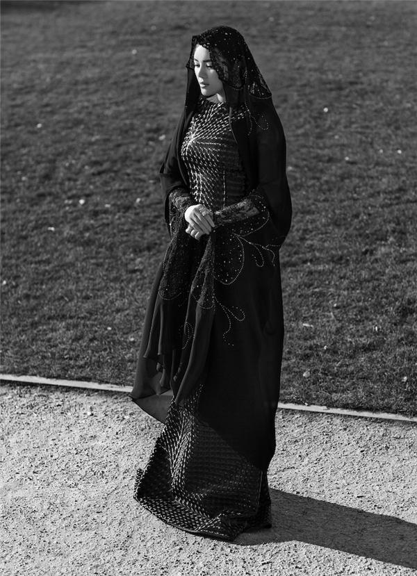 Lý Nhã Kỳ kín đáo, e ấp trong bộ váy tông đen được tạo điểm nhấn bằng loạt chi tiết đính kết đá quý, ngọc trai. Trang phục cao cấp và trang sức kim cương được xem là một sự kết hợp hoàn mĩ nhất tạo nên vẻ đẹp hoàn hảo của người phụ nữ vừa quyền lực, thanh lịch vừa trang nhã, thanh thoát.