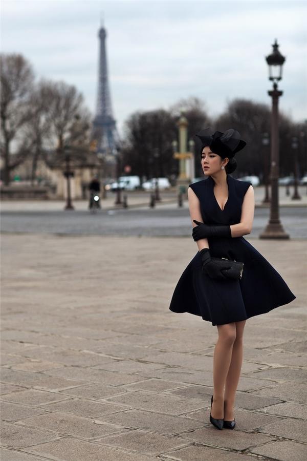 Thiết kế váy xòe quá gối trẻ trung bỗng mang màu sắc mới hơn khi được chọn phối cùng loạt phụ kiện mang âm sắc của phong cách cổ điển.