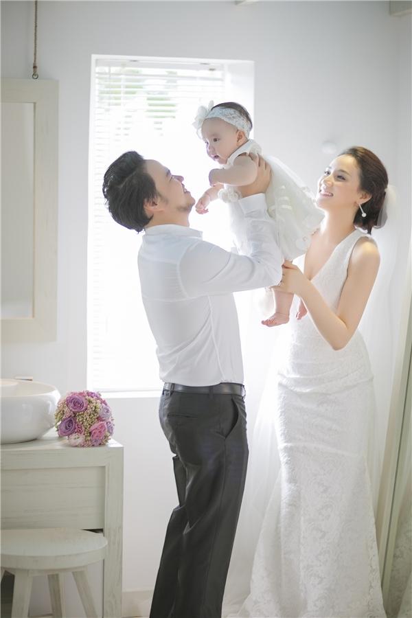 Mới đây, Trang Nhung đã quyết định khoe cô con gái nhỏ trong buổi tiệc cưới vừa được tổ chức tại một nhà hàng sang trọng ở Tp.HCM vào ngày 18/1 vừa rồi. - Tin sao Viet - Tin tuc sao Viet - Scandal sao Viet - Tin tuc cua Sao - Tin cua Sao