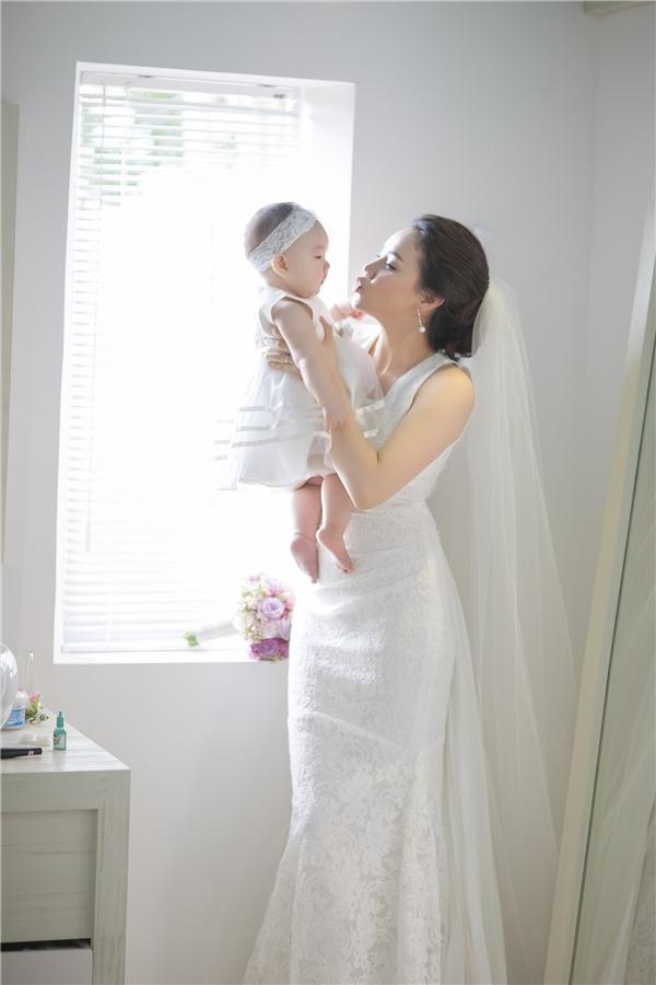 Bé Vani chào đời vào ngày 4/ 2015, là kết quả của mối tình lãng mạn giữa nàng diễn viên xinh đẹp và chàng đạo diễn điển trai. - Tin sao Viet - Tin tuc sao Viet - Scandal sao Viet - Tin tuc cua Sao - Tin cua Sao