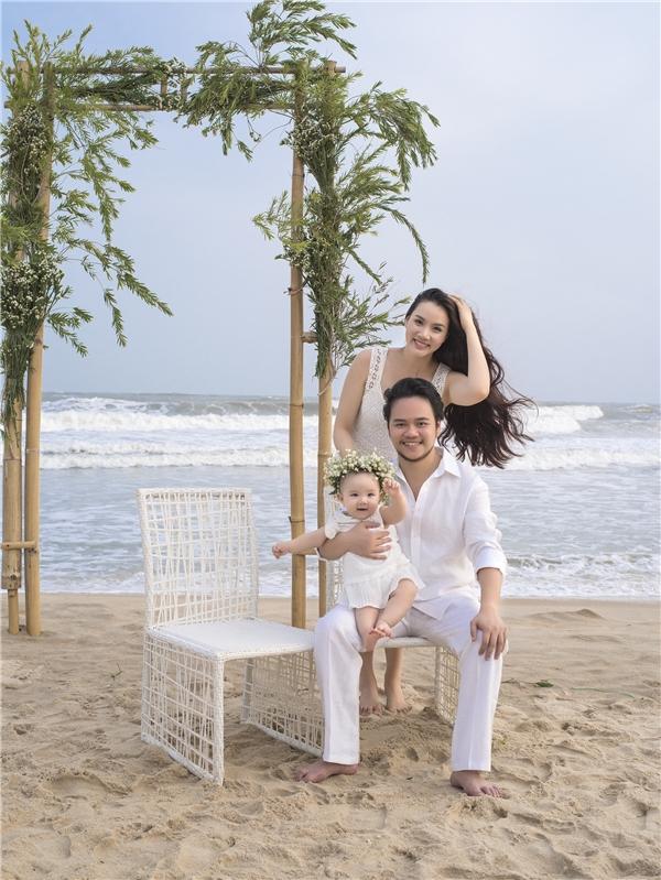 Bé Vani tỏ ra thích thú khi được chụp ảnh chung cùng bố mẹ. - Tin sao Viet - Tin tuc sao Viet - Scandal sao Viet - Tin tuc cua Sao - Tin cua Sao