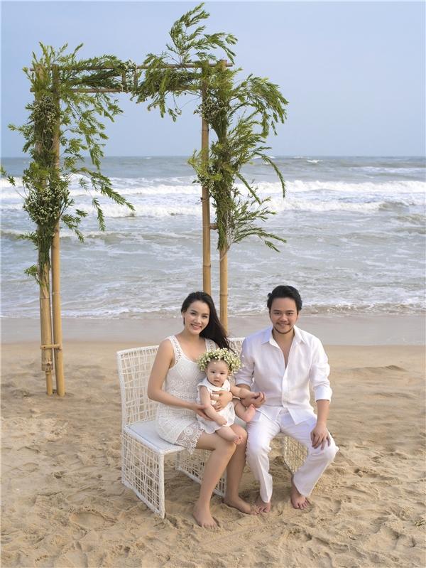 Vợ chồng Trang Nhung lãng mạn trên biển bên cạnh
