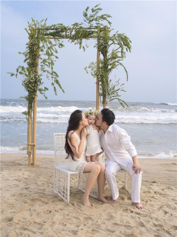 Cả gia đình cùng diện đồ trắng mang đến khung cảnh lãng mạn, nên thơ. - Tin sao Viet - Tin tuc sao Viet - Scandal sao Viet - Tin tuc cua Sao - Tin cua Sao