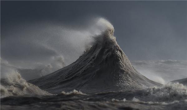Bắt buộc vận tốc gió phải đạt 50km/giờ theo hướng tây nam và sóng phải đạt độ cao tầm 6m, Sandford mới có được những bức ảnh thật sự ấn tượng.(Ảnh: Dave Sandford)