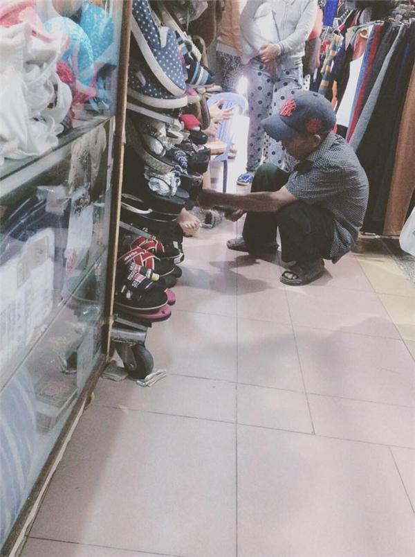Hình ảnh ông cụ lóng ngóng đi mua giày để về quê tặng vợ khiến cư dân mạng thích thú. Ảnh: FB