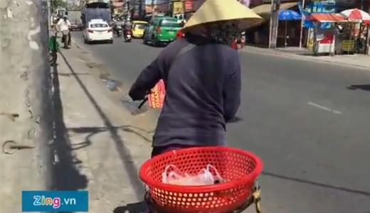 Trong đoạn clip cũng quaycảnh nhiều người khó khănnhưng họ đến và chỉ lấy 1 ổ để ăn chứ không lấy hơn.(Ảnh cắt từ clip Zing.vn)