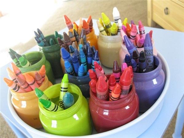 Những chiếc bút chì màu nằm gọn trong những hủ sữa chua được tái chế. (Ảnh: Internet)