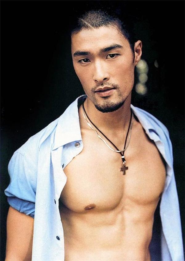 Ngoài võ thuật, Johny Trí Nguyễn cũng tập luyện bơi lội, bóng rổ, trượt tuyết... - Tin sao Viet - Tin tuc sao Viet - Scandal sao Viet - Tin tuc cua Sao - Tin cua Sao